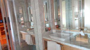 洗練された洗面化粧台とトイレ