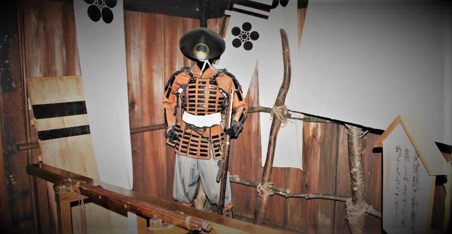 火縄銃を持ち甲冑姿の加賀藩士の人形