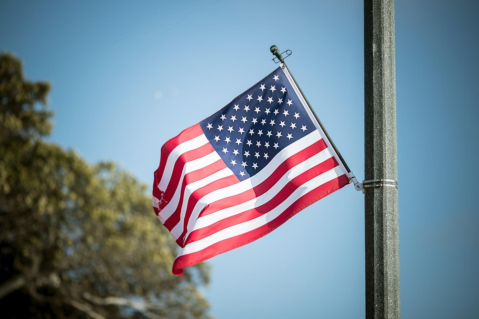 風になびくアメリカの国旗