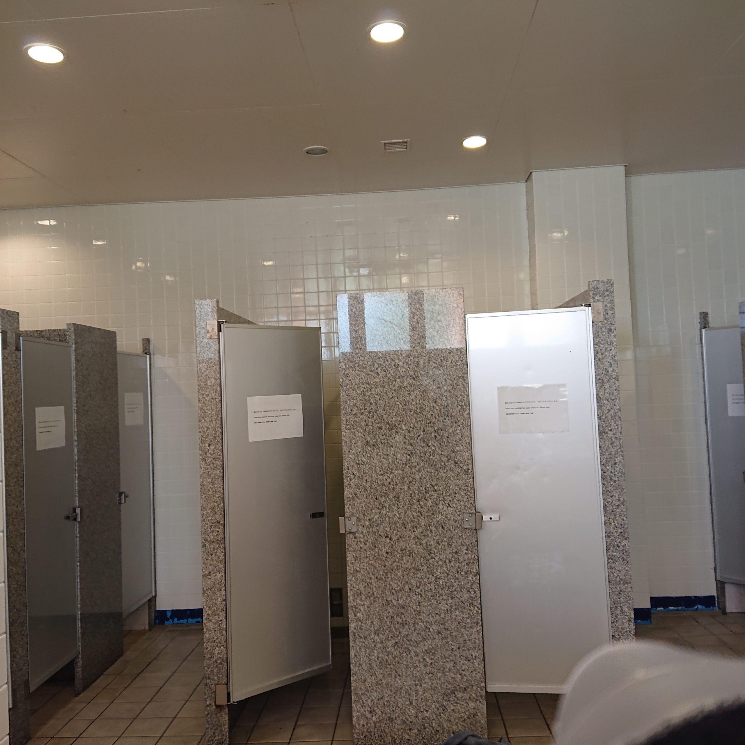 何個かの個室があるシャワールー