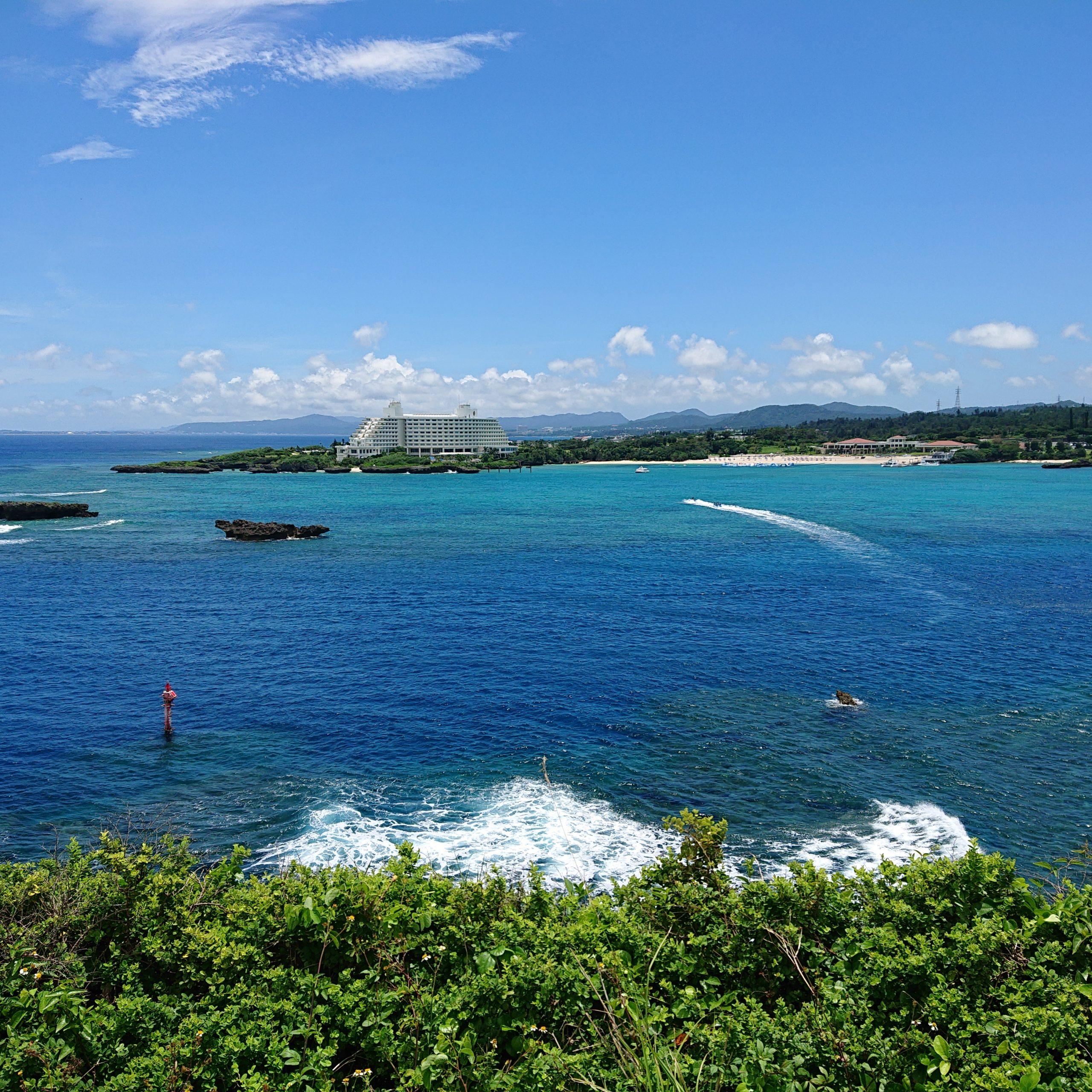 ホテルを望む青い海