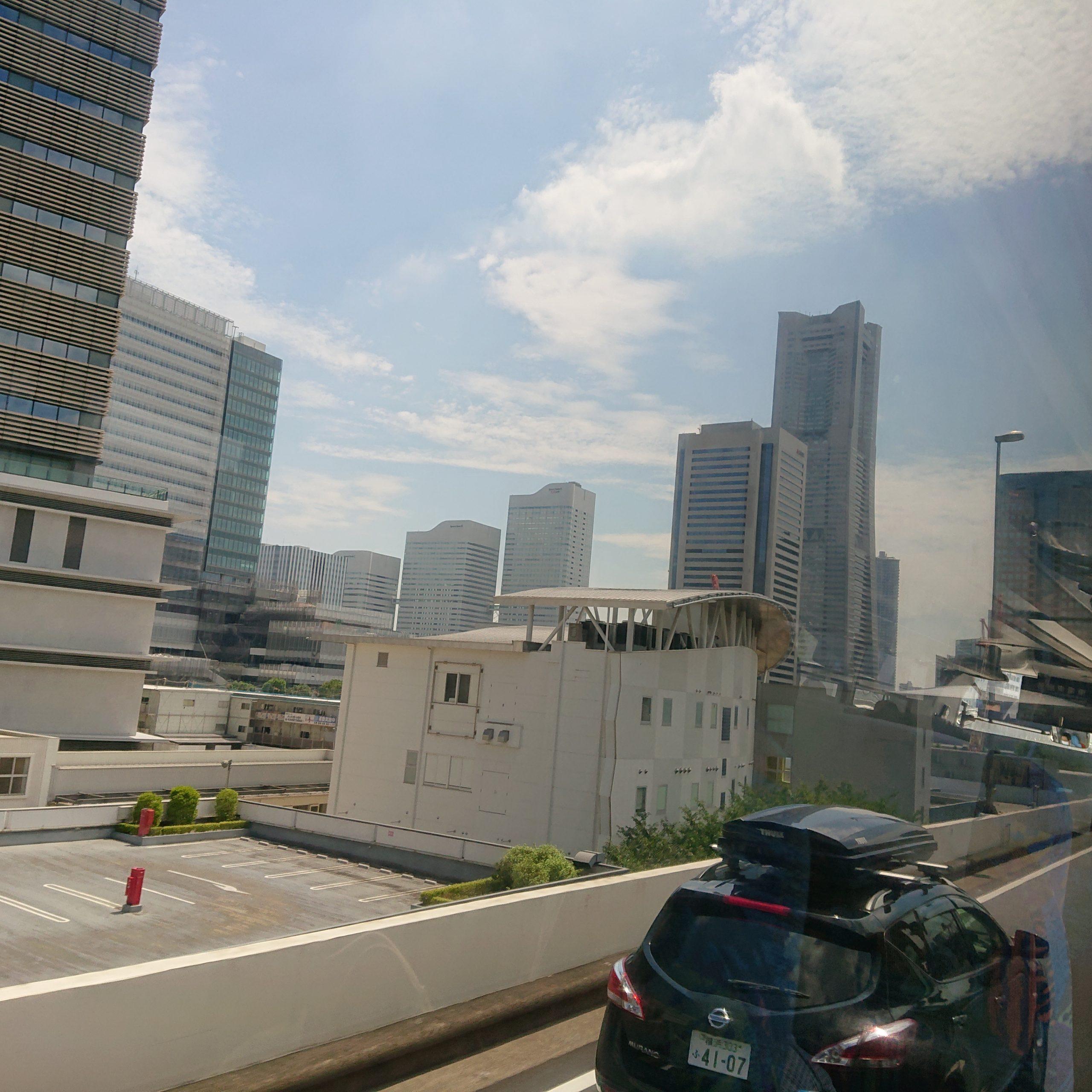 バスの車窓から見えるランドマーク